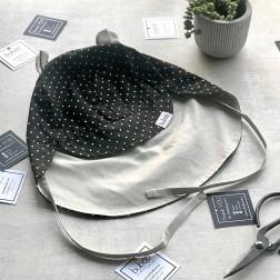 BEAR vasarinė vaikiška kepurė su snapeliu , raišteliais ir kaklo apsauga (100% medvilnė) - juoda su baltais taškiukais