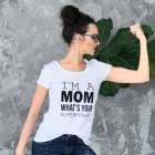 Stilingi moteriški marškinėliai su užrašu MOM SUPERPOWER, balti