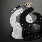 Mushie silikoninis vaikiškas seilinukas - juodas su skaičiais