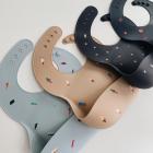 Mushie silikoninis vaikiškas seilinukas - Smėlinis su taškeliais