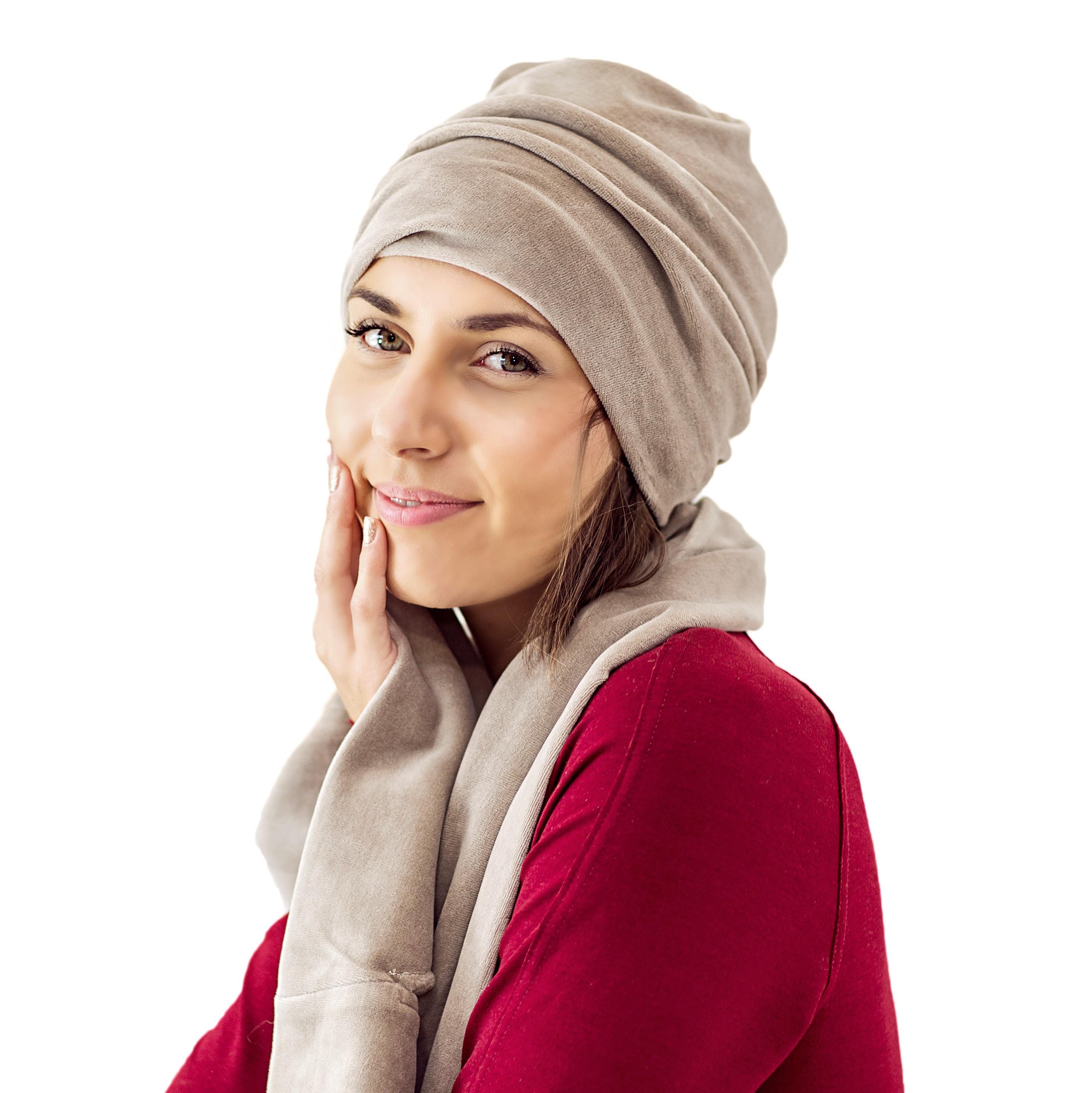 veliūrinė moteriška kepurė